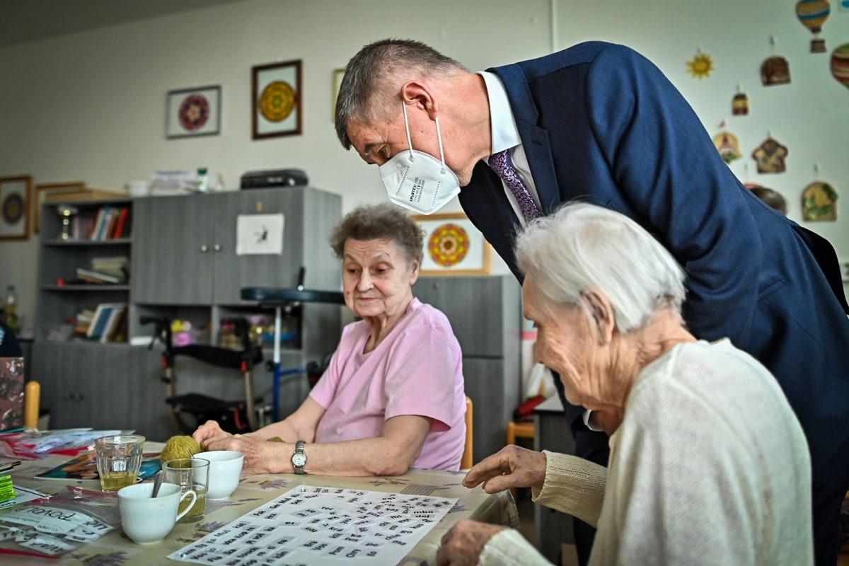 Andrej Babiš při návštěvě domova důchodců.