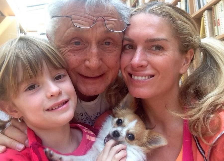 Jiří Menzel s rodinou doma.